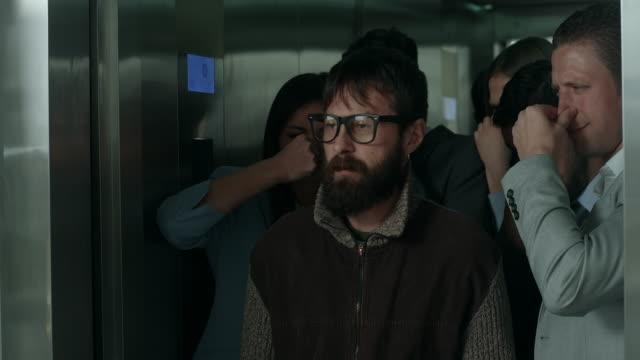 Stinkende man in een lift