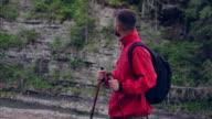 Lächelnde bärtigen Wanderer auf der Suche Runde in Bergen