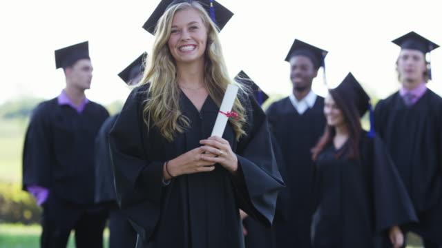 Lachend voor haar afstuderen-portret
