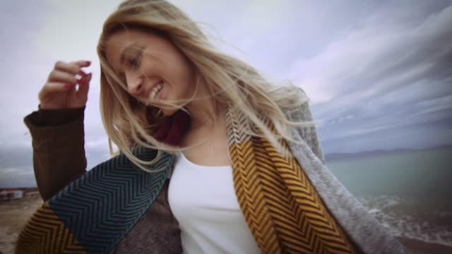 Lächelndes Mädchen am Strand 4K