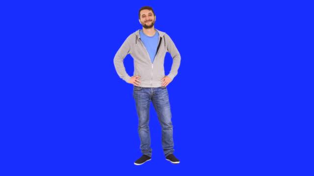 Lächelnder Mann in zuversichtlich-pose