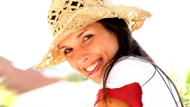 Sorridente bella donna che gioca con una girandola