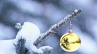 Snow leicht fallen auf Christbaumkugel hängen von tree
