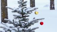 Snow leicht fallen auf Weihnachtsornamente hängen von Baum