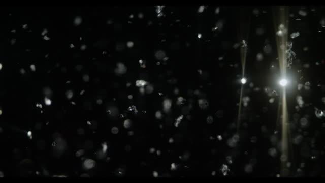Neve glitter argento con sfondo nero astratta