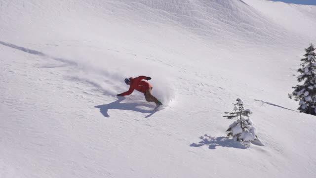 Snowboarder does powder turn