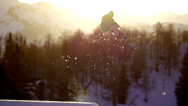 Snowboarder springen bei Sonnenuntergang Super-Zeitlupe