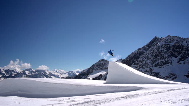 Snowboarder salti Big Air