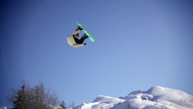 Snowboarder eseguire un trick