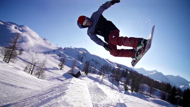 Snowboarder durch einen trick