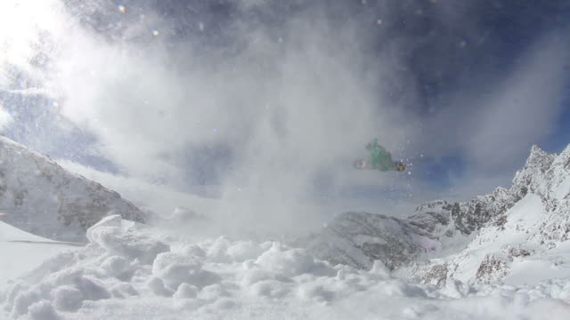 Snowboarder salti