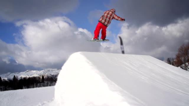 Snowboarder esegue un trucco