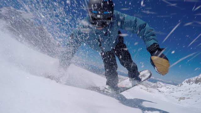 Snowboard prendendo un selfie mentre spruzzatura neve