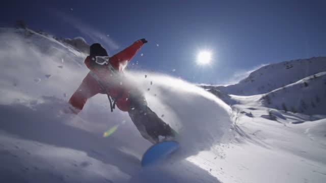 Snowboarden auf Neuschnee Biegen Sie