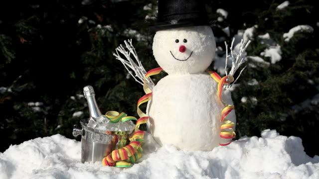 Schneemann mit Eiskübel und Luftschlangen