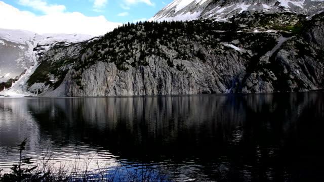 Lake in Aspen Snowmass Wilderness Area mit riesigen Felsklippen und den fantastischen Reflexion der alpinen Tundra und hohe Gipfel der Rocky Mountains