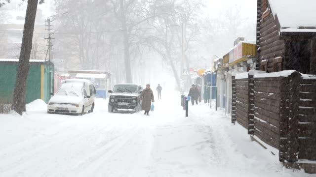 Snöstorm och snö täckte gatorna i stan. Ukraina.