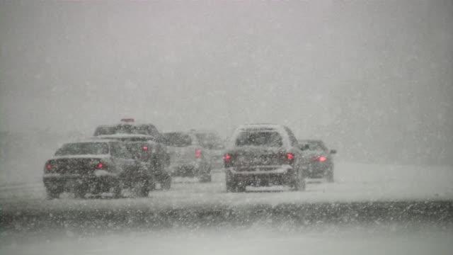 Schneesturm. Winter-Verkehr. Autos auf rutschigen Straße. Schnee, Schneeflocken.