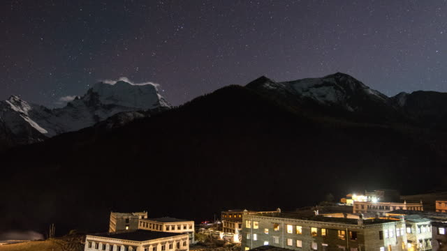 Verschneite Berggipfel in der Nacht mit den stars