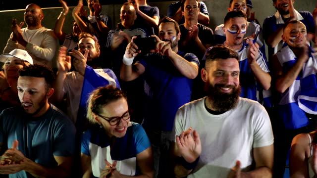 Voetbal / voetbalfans klappen in stadion - Super Slow Motion