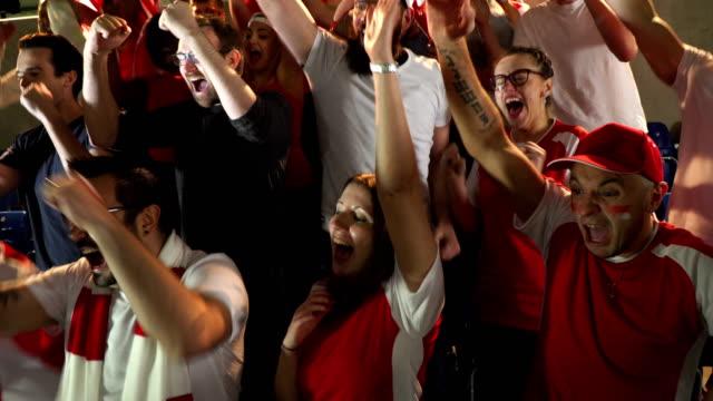 4K: Soccer / Football fans / menigte in stadion vieren doelpunt wordt