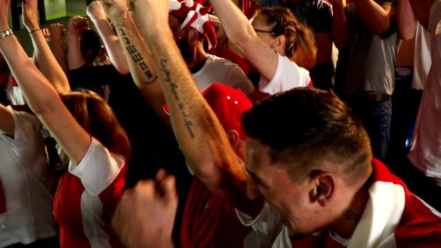 Voetbal / voetbalfans in het stadion vieren doel wordt scoorde - Super Slow Motion