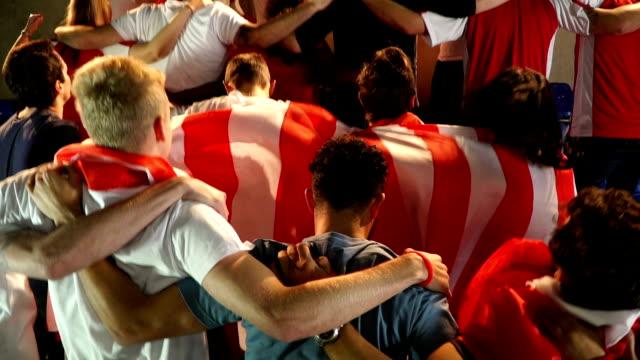 Voetbal / voetbalfans in het stadion doing 'The Poznan' - Super slow motion