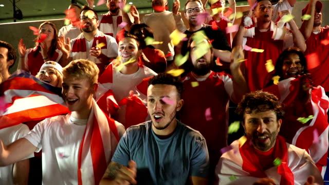 Voetbal / voetbal fans in het stadion met streamers / Ticker tape - Super Slow Motion