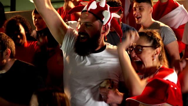 Voetbal / voetbalfans / toeschouwers in het stadion viert doel wordt scoorde - Super Slow Motion