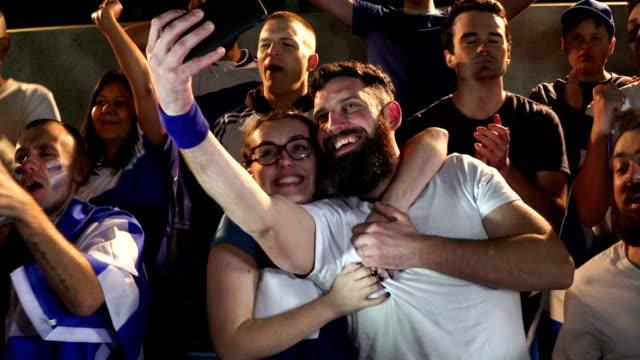 4K: voetbal / Selfie te nemen in het stadion van de ventilators van de voetbal