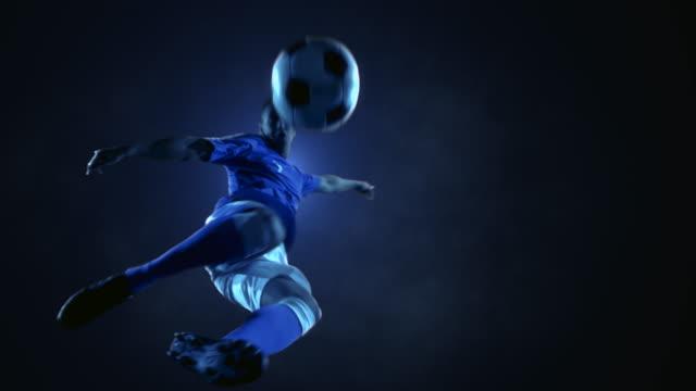 Fußball-Spieler Fußball Ball springen