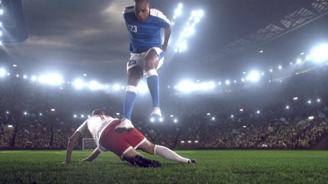 Fotbollsspelaren sparkar boll i stadium