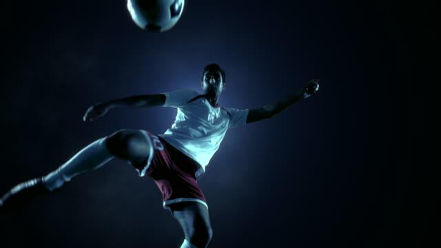 Fotboll spelare sparkar boll