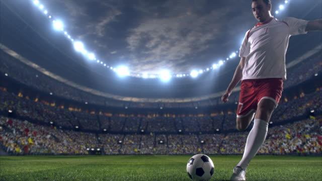 Voetbalspeler scoort een doelpunt
