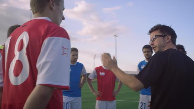 Voetbal training op speelveld