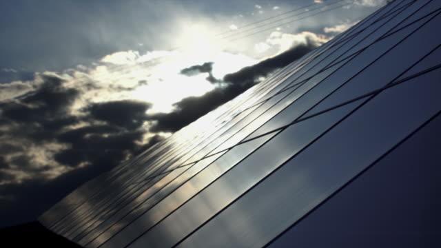 T/L Solarzellen gegen Abend-Himmel