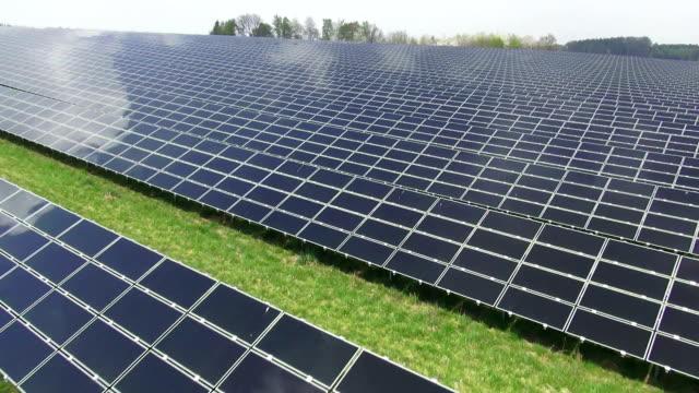 Solar Power Plant Luftaufnahme der Überführung von