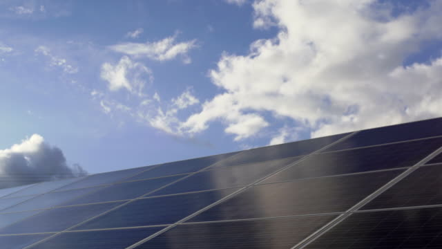 Solar Power Station gegen Himmel Dolly Schuss TL