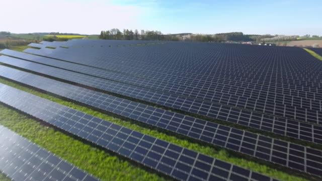 AERIAL Solarkraftwerk Überführung Aufnahme (4 k UHD) /