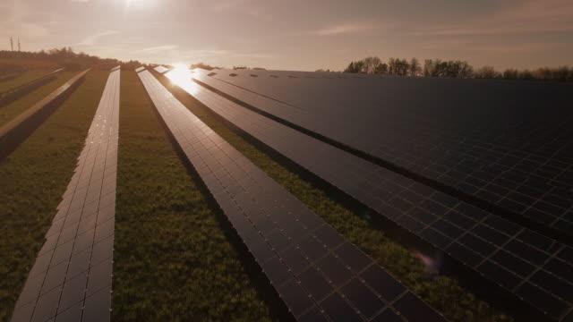 AERIAL Solarkraftwerk In der Abendsonne (4K/UHD)