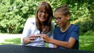 4K: Son teaching mother hand spinner