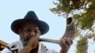 Sounding a shofar