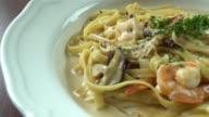 Spaghetti fettuccine met garnalen en paddenstoelen