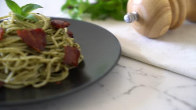 Spaghetti mit Basilikum-Pesto und Speck
