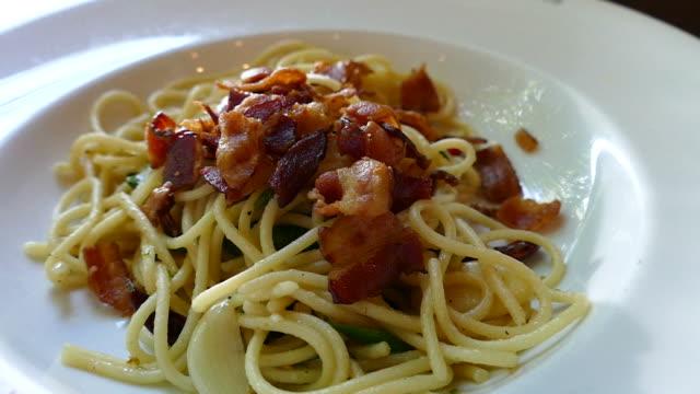 spaghetti with crispy bacons