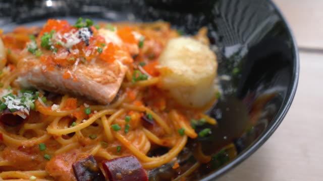 spaghetti met zalm en mantel