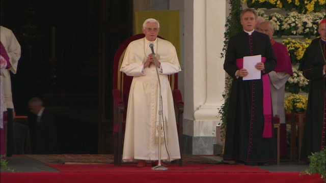 Speech in front of many people, pope benedict XVI