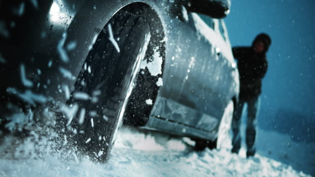 SLO MO snurrar ratten i en bil fastnat i snön
