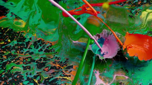 SLO MO si increspa i colori sulla superficie nera
