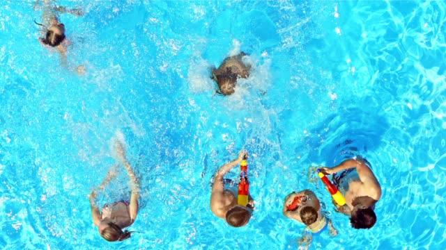 SLO MO CS opspattend water in een meisje springen in het zwembad